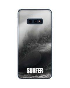 SURFER Black and White Wave Galaxy S10e Skin