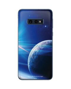 View of a Planet as it Looms in Close Orbit and with Rings Galaxy S10e Skin